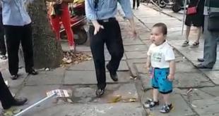«Τα βάζει» με τους αστυνομικούς για να προστατέψει τους γονείς του – ΒΙΝΤΕΟ