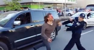 Βίντεο: Επτά αστυνομικοί προσπαθούν να ακινητοποιήσουν βετεράνο παλαιστή